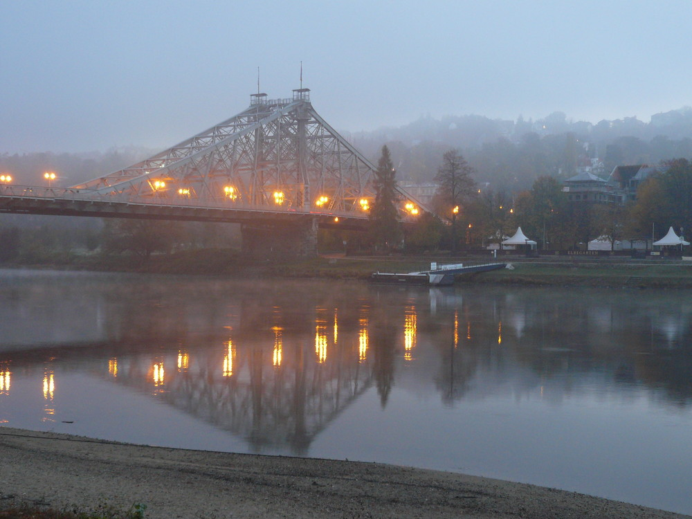 Morgens um 7 an der Elbe