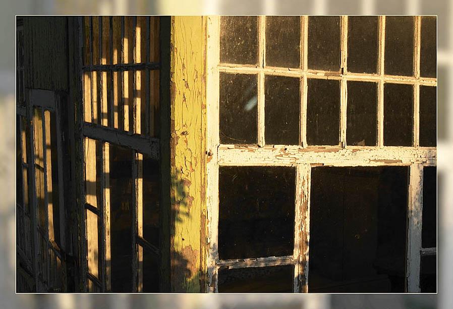 Morgensonne durch Fensterrahmen