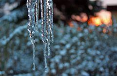 Morgensonne im Eiszapfen als der Winter letzte Woche kurz vorbeischaute