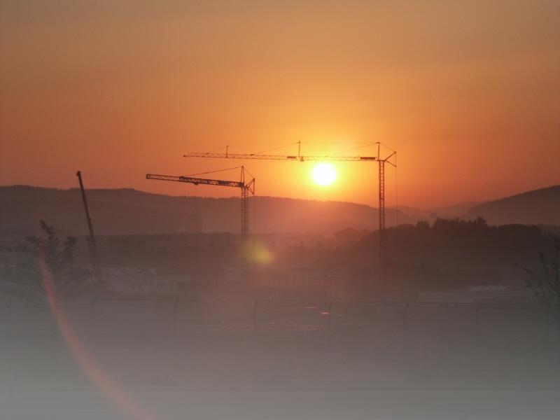 Morgensonne über Schwerlastkran