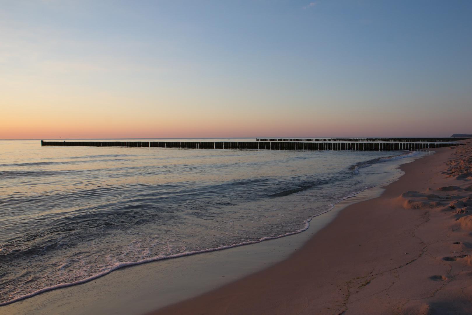 morgentliche Ruhe zum Sonnenaufgang an der Ostsee
