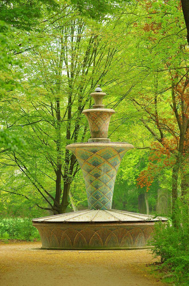 Mosaikbrunnen im Frühling
