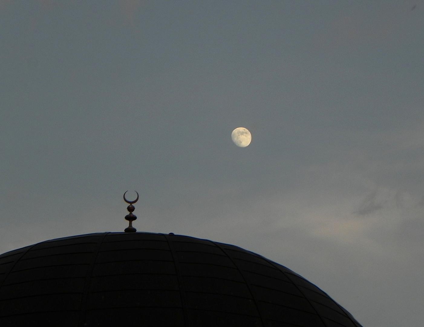 Moscheekuppel und Mond