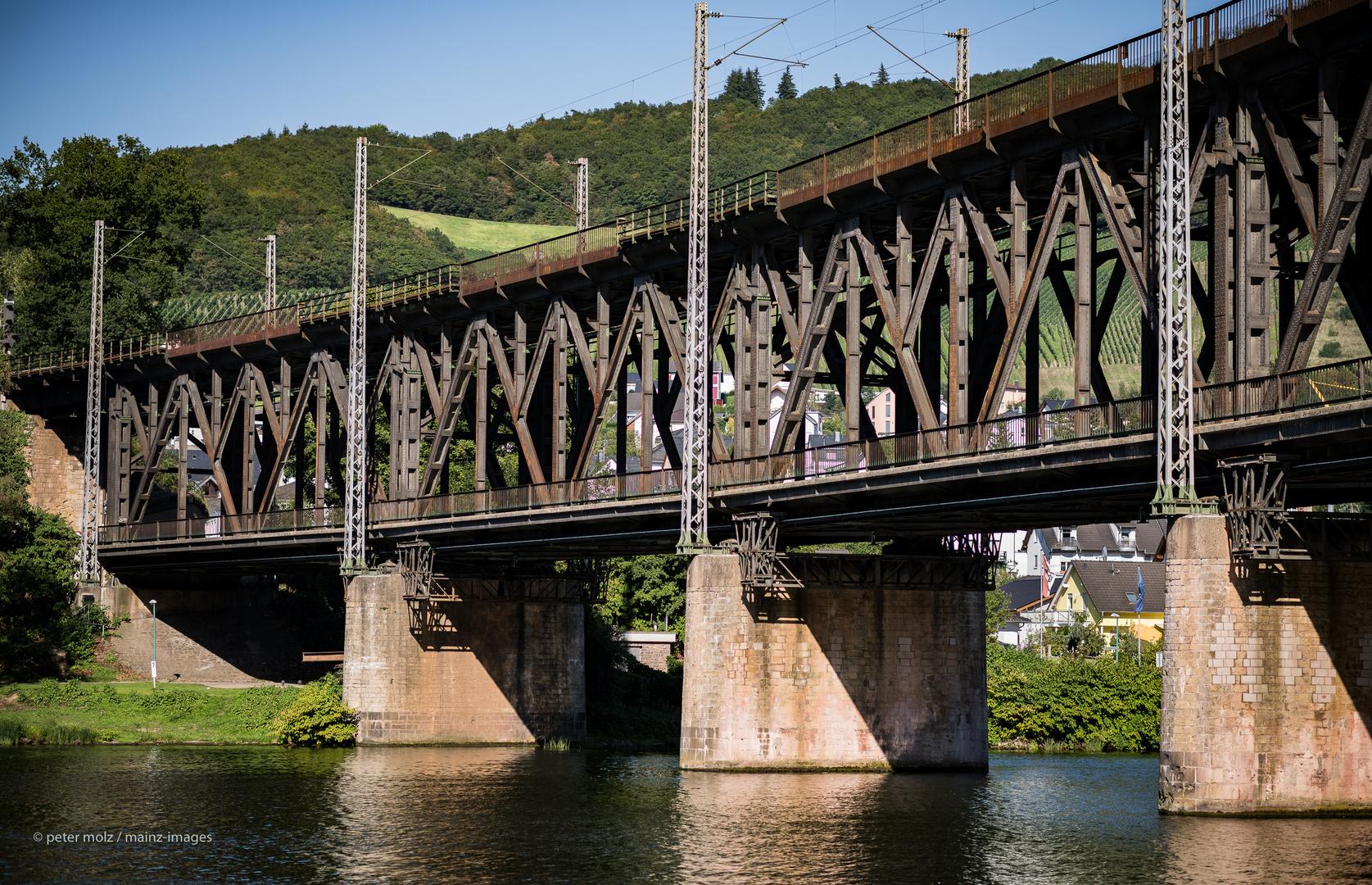 Mosel - Doppelstockbrücke zwischen Bullay und Alf