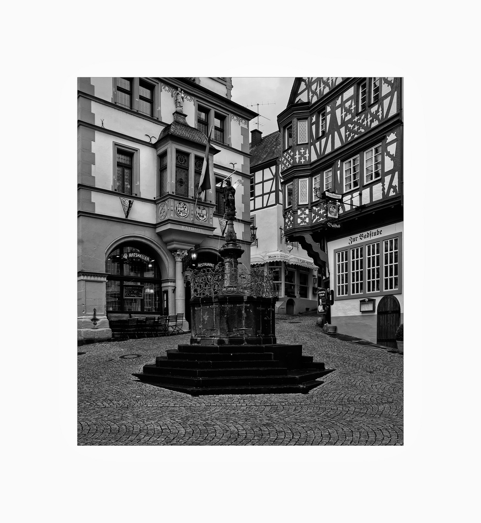 """Mosel - Impressionen """" Bernkastel-Kues- Der Michaelsbrunnen auf dem Marktplatz """""""