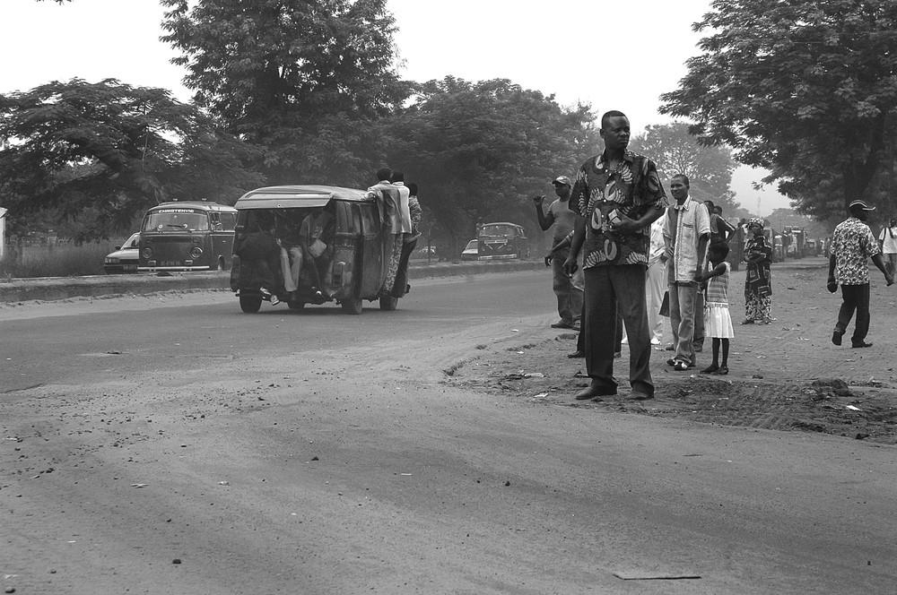 """Mostra online di Marco Pavani: """"Per le strade della Guinea"""" - 3. Bus stop"""