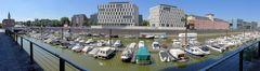 Motorboote im Kölner Rheinauhafen
