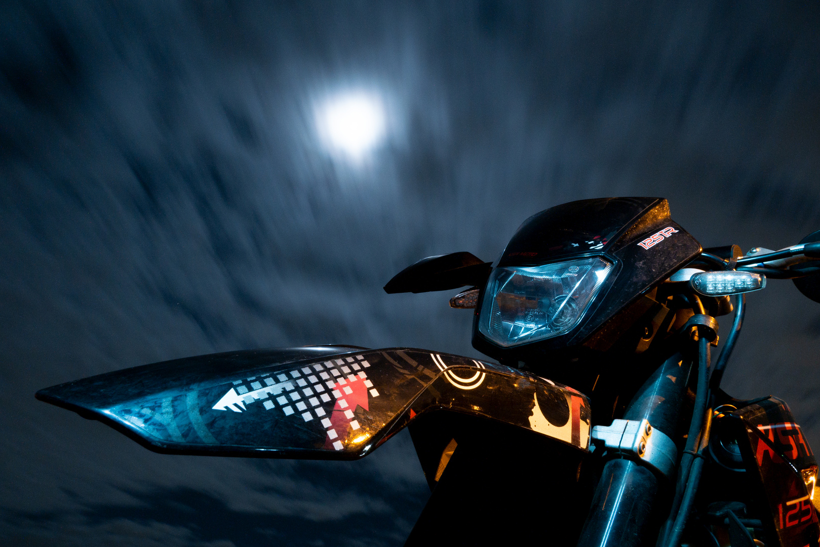 Motorrad bei Nacht