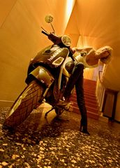 Motorrollershooting mit Simona in der Hotelhalle!
