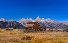Moulton Barn gegen Teton Range, Wyoming, USA