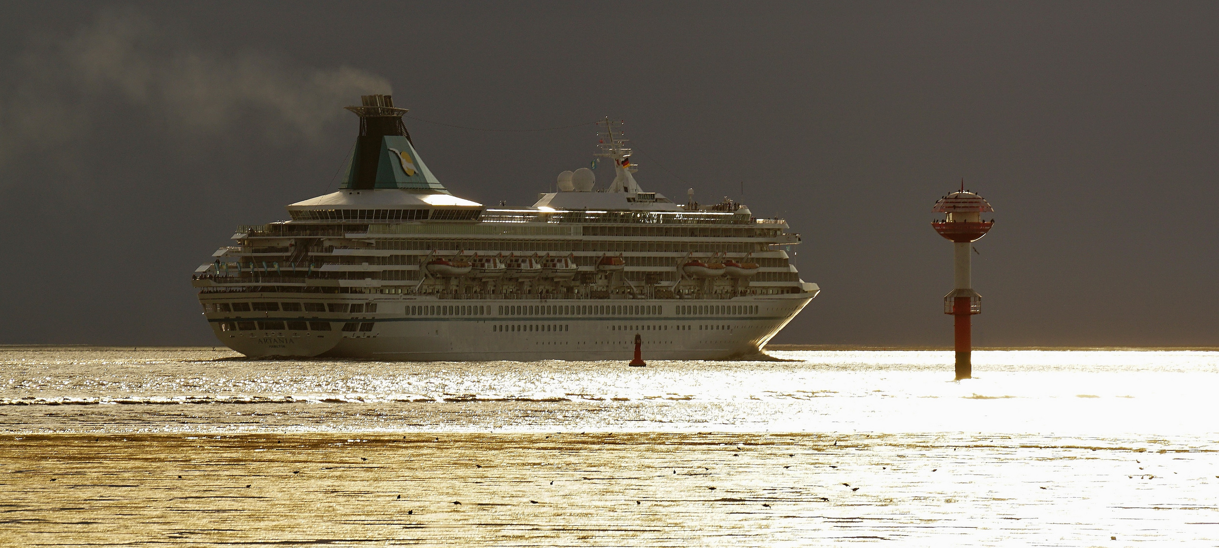 MS Artania verläßt Bremerhaven