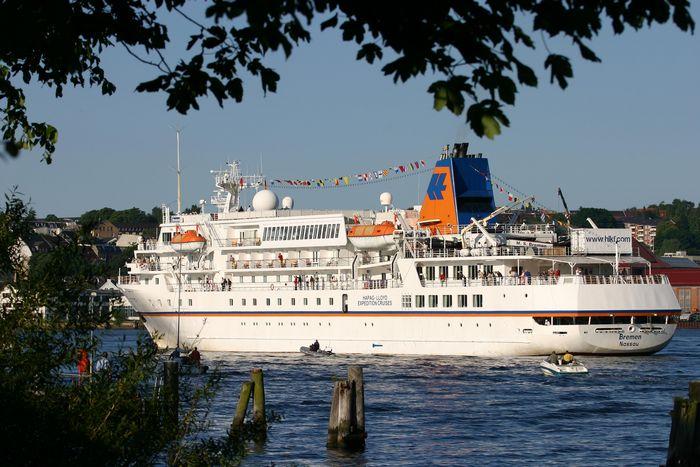 MS Bremen in der Hafeneinfahrt