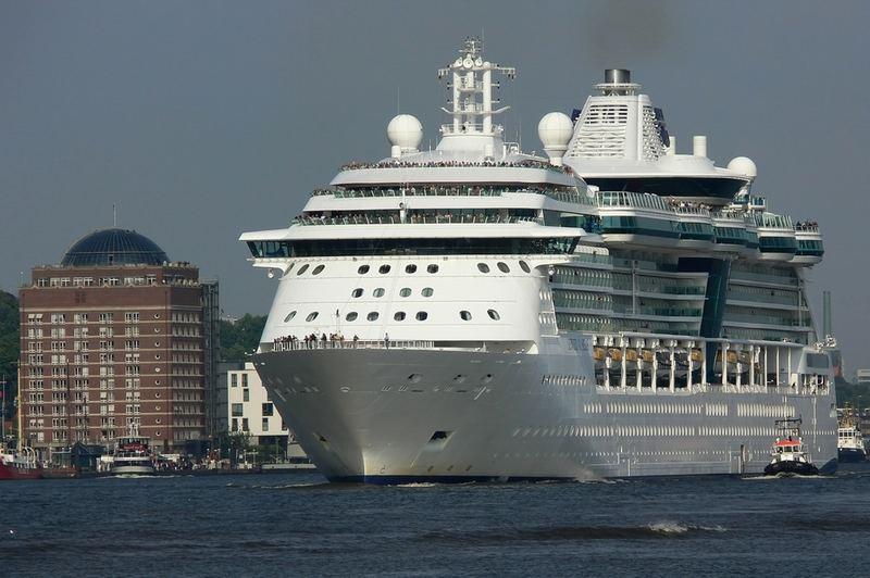 """MS """"JEWEL OF THE SEAS"""" verlässt Hamburg"""