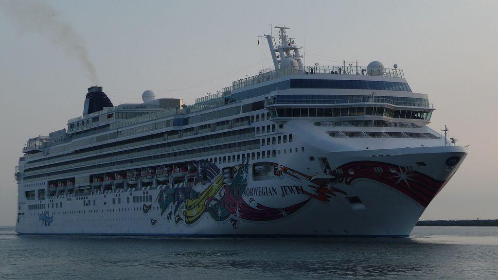 MS Norwegian Jewel Einfahrt in den Hafen von Warnemünde Juli 2009
