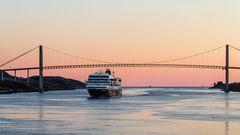 MS TROLLFJORD unter der Hafenbrücke von Rorvik