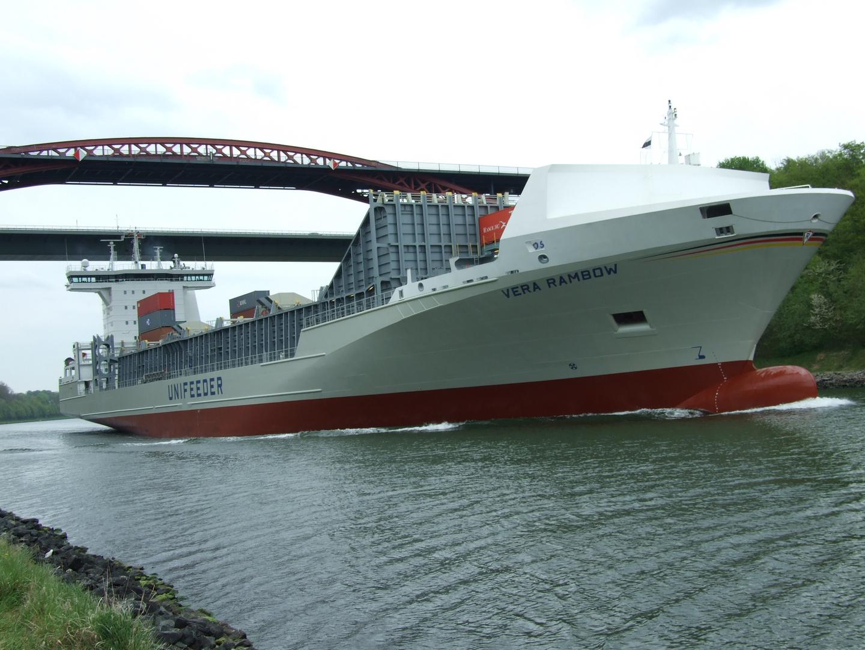 "MS ""Vera Rambow"" im Nord-Ost-See-Kanal; Höhe Hochbrücken Levensau/Kiel"