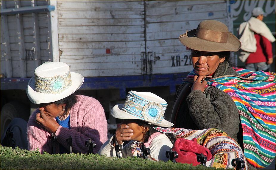 MT: 3 Bäuerinnen auf Dorfplatz ... in Peru