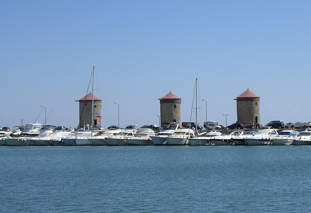 Mühlen im Mandráki-Hafen von Rhodos