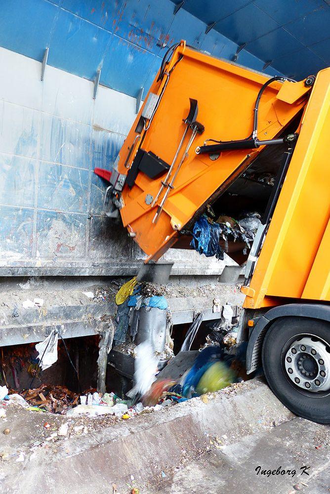 Müllwagen beim Abladen des Mülls