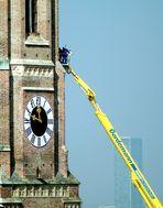 München: 11.48 Uhr - Arbeiten in 84 m Höhe an der Frauenkirche