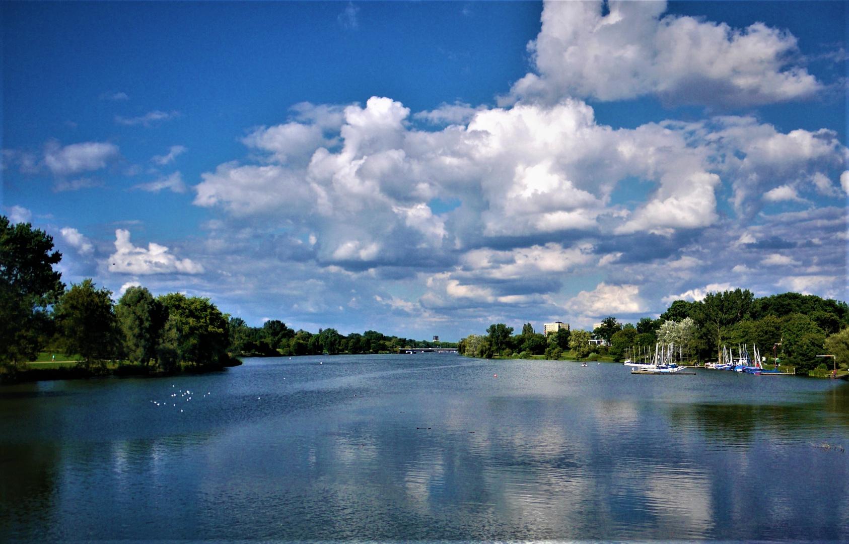 Münster - Der Aasee im Sommer mit gespiegeltem Wolkenhimmel