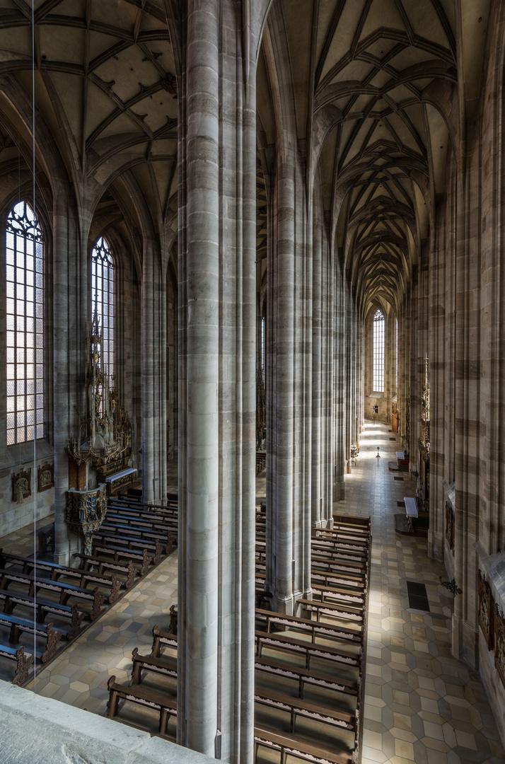 Münster St. Georg Dinkelsbühl, Innenansicht Richtung Altar, Hochformat Empore