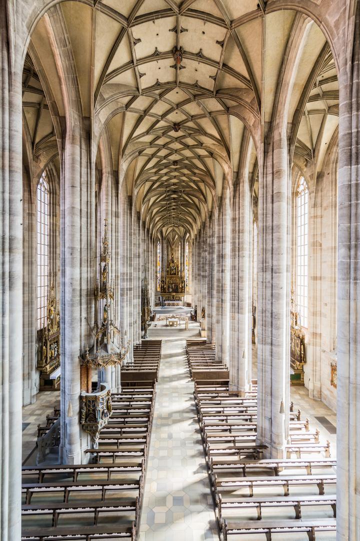 Münster St. Georg Dinkelsbühl, Innenansicht Richtung Altar, Taufbecken