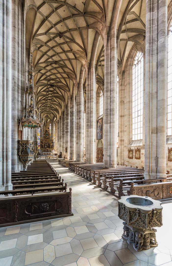 Münster St. Georg Dinkelsbühl, Innenansicht Richtung Altar, Taufbecken Hochformat