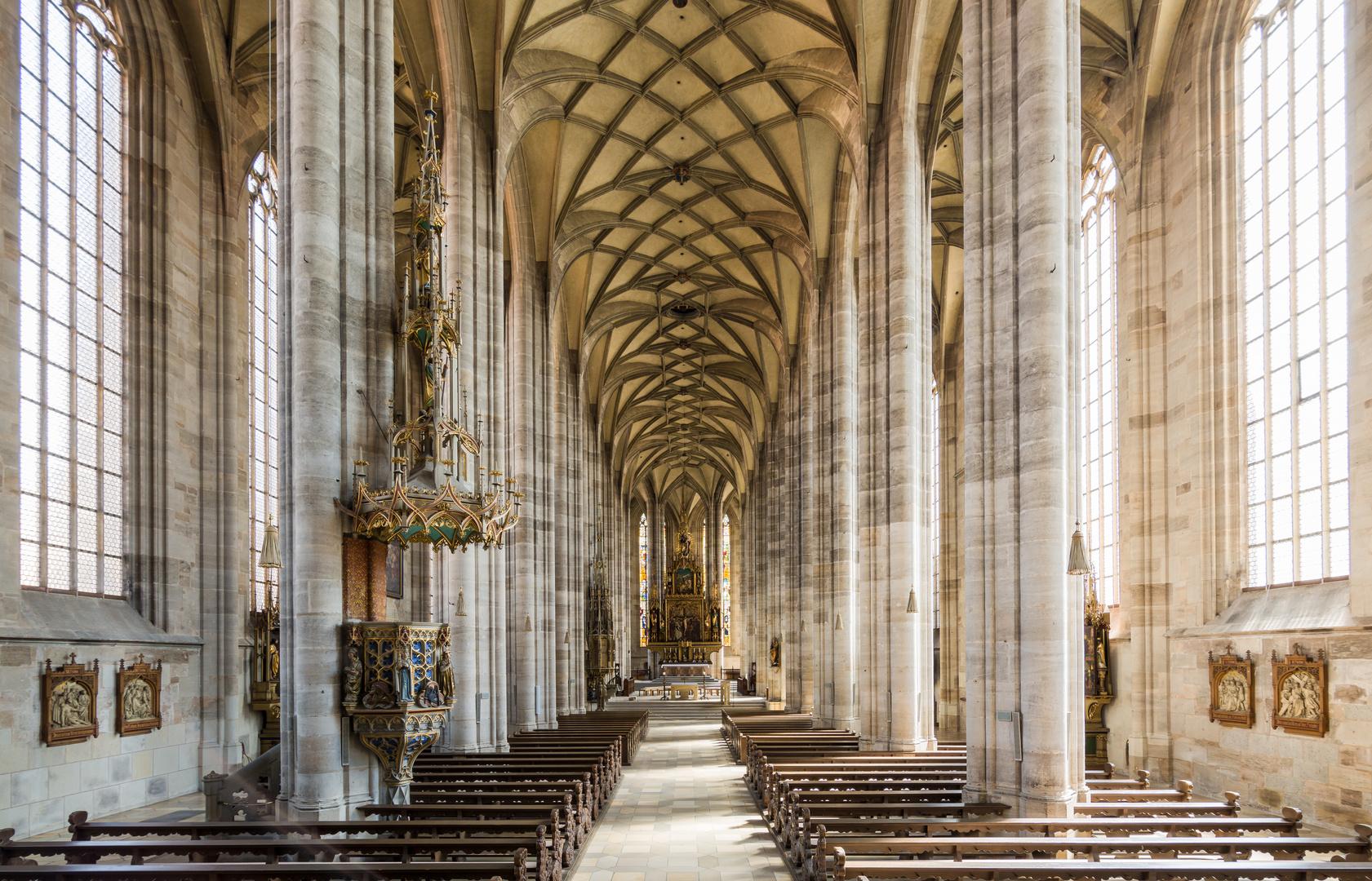 Münster St. Georg Dinkelsbühl, Innenansicht Richtung Altar, Taufbecken Querformat