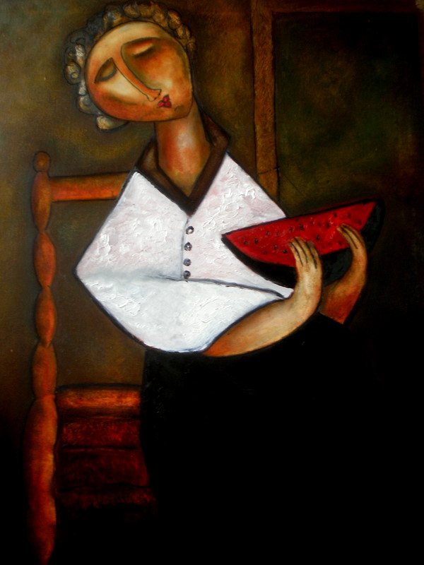 mujer sentada comiendo sandia