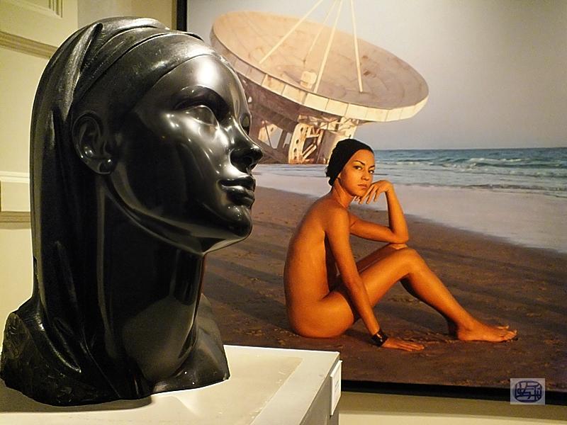 Mujer y su retrato escultura