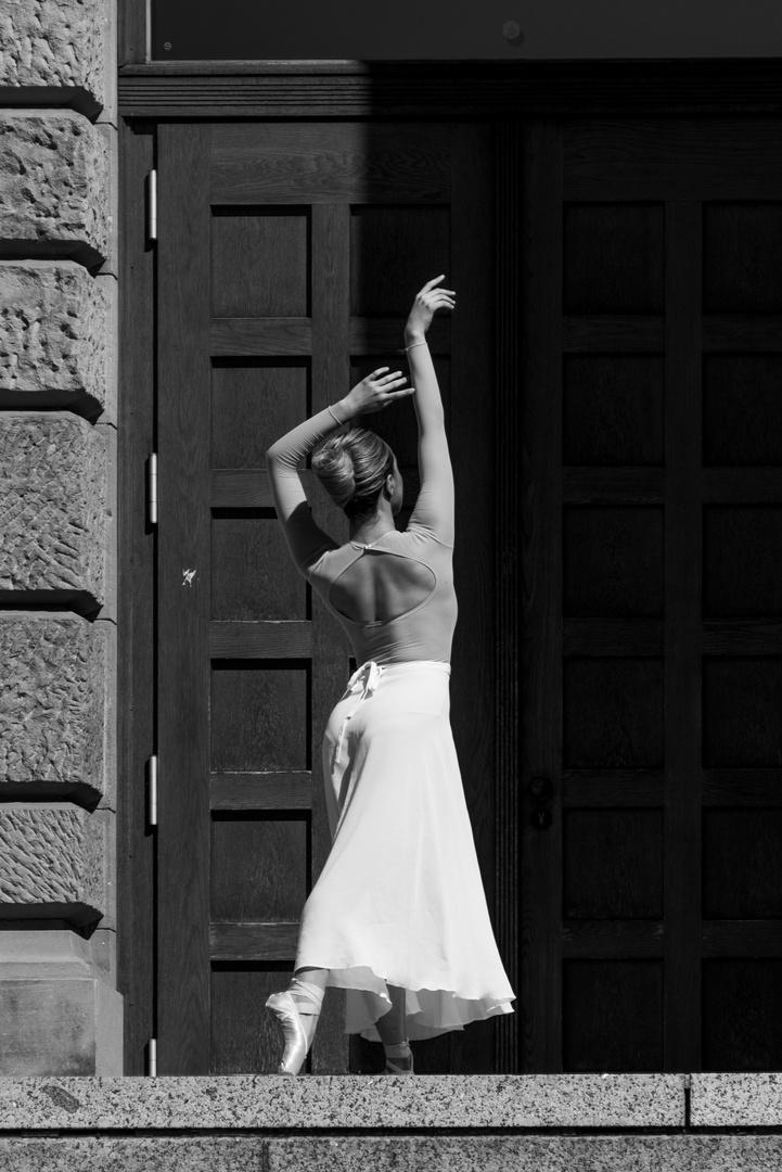 ....Munich street_Ballerina_into the dark