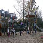 Muntere Kinder auf dem Spielplatz.