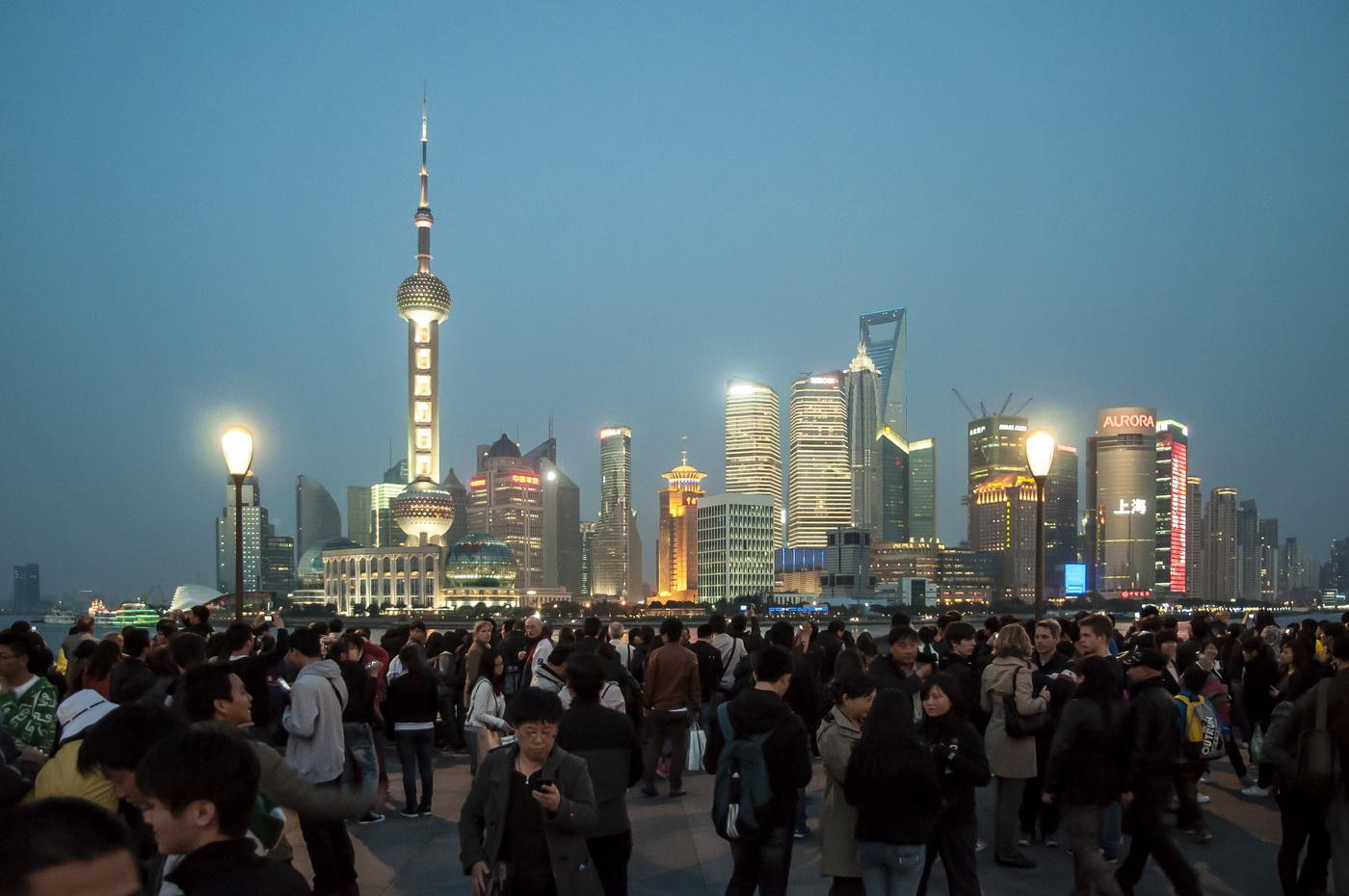 munteres Treiben auf dem Bund mit Blick auf Pudong 2012
