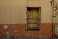 Mur aux volets jaune