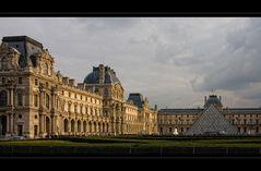Musee du Louvre im Licht