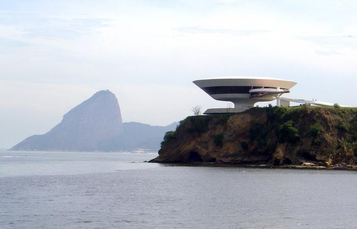 Museu de Arte Contemporânea, em Niterói. Ao fundo o Pão de Açúcar, no Rio de Janeiro.
