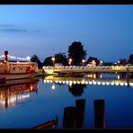 Museumshafen mit Partyschiff und Fußgängerbrücke