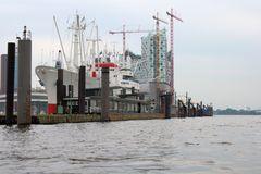 Museumsschiff und Elbphilharmonie
