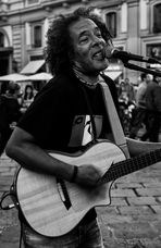""" Musicista di strada """