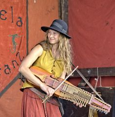 Musikantin der Gruppe Satostelamanderfanz