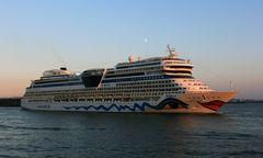 muss i denn zum städtele hinaus... AIDAsol verlässt im Abendlicht den Hamburger Hafen...