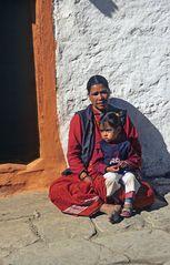 Mutter mit Kind in Tukuche, im Annapurna-Gebiet
