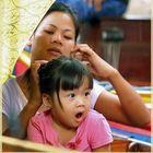Mutti mit Kind im Nachbar- Boot. In den Klongs von Bangkok