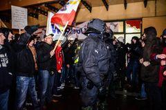 """""""MVGIDA""""-Demonstranten stehen Gegendemonstranten in Stralsund gegenüber (12.01.2015)"""