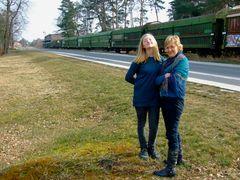 °°° Na wollen wir Eisenbahn fahren ? Da vorn ist die Haltestelle ! °°°