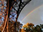 Nach dem Regen kommt die Sonne: Regenbogen unterm Eiffelturm