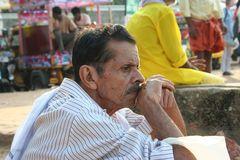 nachdenklicher Mann am Strand in Kerala,Indien