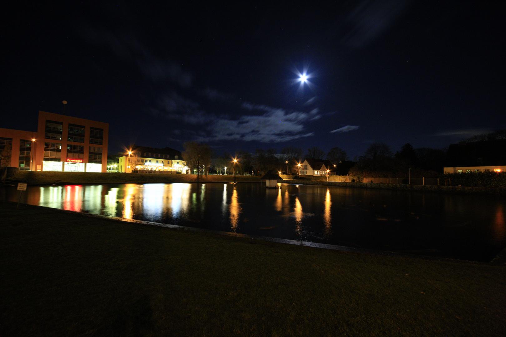 Nacht über dem Schwanenteich in Jülich