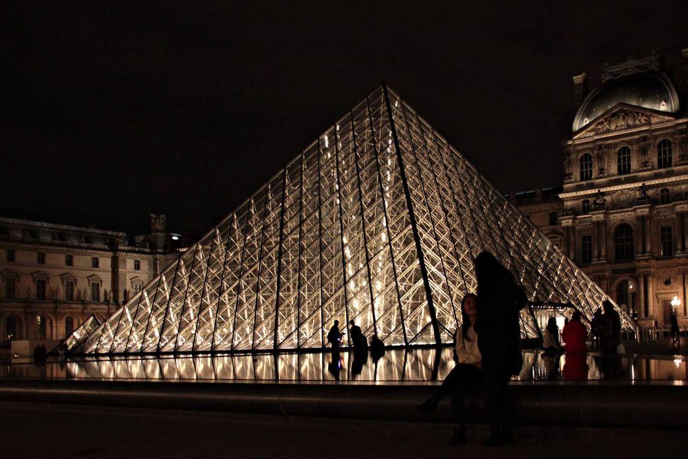 nachts am Louvre